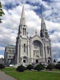 Een kathedraal onder een bewolkte hemel Stock Fotografie