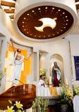 Een katholieke priester voerde de godsdienstige dienst uit Royalty-vrije Stock Afbeelding