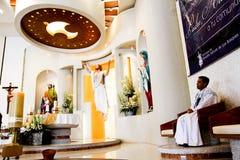 Een katholieke priester zit het wachten Stock Foto's