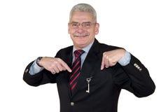Een Kaukasische hogere manager die op een sleutel richt Royalty-vrije Stock Foto
