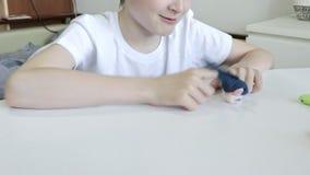 Een Kaukasische jongen die met psycholoog, psychotherapist verschillende rollen door handpoppen, speelgoed te gebruiken voor het  stock videobeelden