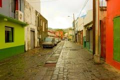 Een keiweg op een achterstraat in kingstown Stock Foto