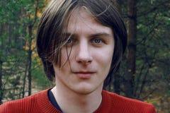 Een kerel bevindt zich in het midden van het bos royalty-vrije stock foto's