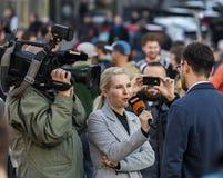 Een kerel die bij de demonstratie op het vierkant van Praag Wenceslas tegen de huidige overheid en Babis worden geïnterviewd Royalty-vrije Stock Foto's