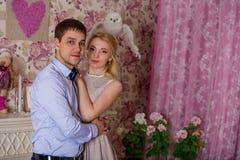 Een kerel en een meisje stellen in een roze ruimte Royalty-vrije Stock Afbeelding