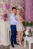 Een kerel en een meisje stellen in een roze ruimte Royalty-vrije Stock Foto