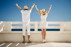 Een kerel en een meisje in een witte kleding bekijken het overzees Handen omhoog Reis, rust, vakantie tunesië Stock Fotografie