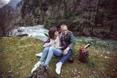 Een kerel met een meisje op een halt in het hout Geroosterd op de haard royalty-vrije stock fotografie