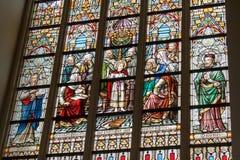 Een kerk België Vlaanderen Brugge van het Gebrandschilderd glasvenster stock afbeeldingen
