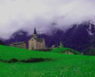 Een kerk in de Zwitserse Alpen stock fotografie