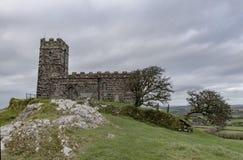 Een kerk streek op de bovenkant van Brentor op Nationaal Park i van Dartmoor neer royalty-vrije stock foto's