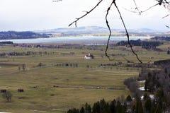Een kerk zit alleen in een vallei stock foto