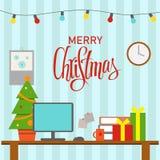 Een Kerstmis verfraaide bureauwerkplaats Lijst met computer, giften, Kerstmisboom Bureau en thuiswerk, freelancerswerkruimte stock foto