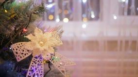 Een Kerstmisboom met het speelgoed van de Kerstmisboom en het glanzen lichten sparkly wordt verfraaid dat stock videobeelden