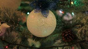 Een Kerstmisboom met het speelgoed van de Kerstmisboom en het glanzen lichten sparkly wordt verfraaid dat stock footage