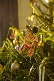 Een Kerstmisboom met ornamenten en decoratie wordt gevuld die Royalty-vrije Stock Afbeelding