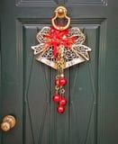 Een Kerstmisdecoratie achter de deur Stock Afbeeldingen