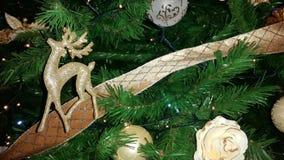 Een Kerstmisrendier op een gouden lint Royalty-vrije Stock Foto's