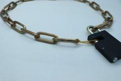 Een ketting en een slot Één van de ringen is een elastiekje stock fotografie