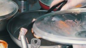 Een keuken in de koffie Het maken van een Engels ontbijt in de pan Bradende bacon en worsten stock videobeelden