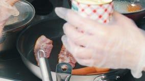 Een keuken in de koffie Het maken van een Engels ontbijt in de pan Bradende bonen, bacon en worsten stock video