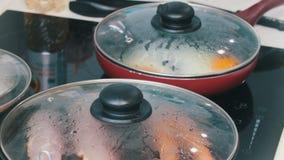 Een keuken in de koffie Het maken van een Engels ontbijt in de pan Bradende eieren, bacon en worsten stock footage