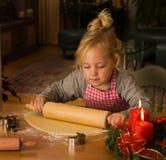 Een kind bij Kerstmis in Komst wanneer het bakken van koekjes Royalty-vrije Stock Foto's