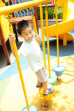 Een kind dat een wildernisgymnastiek beklimt. Royalty-vrije Stock Foto's