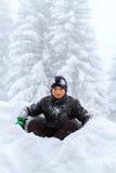 Een kind in de sneeuw in Zwitserland royalty-vrije stock afbeelding