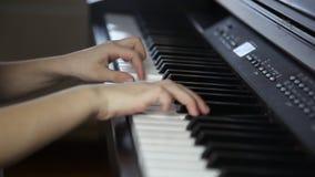 Een kind die de piano spelen stock footage