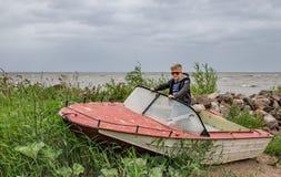 Een kind in een kleine vissersboot Stock Foto