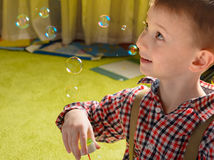 Een kind en zeepbels Royalty-vrije Stock Afbeelding