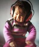 Een kind het luisteren muziek royalty-vrije stock fotografie