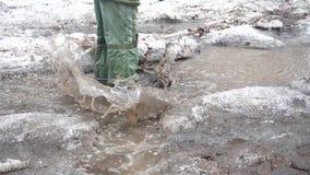 Een kind in het Park die op vulklei springen Plonsen van water op de partijen worden gelanceerd die Vermaak, openluchtsporten vro stock videobeelden