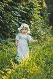 Een kind in een kleding met schort en bonnet 4641 royalty-vrije stock foto's