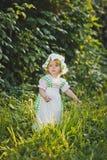 Een kind in een kleding met schort en bonnet 4642 royalty-vrije stock foto