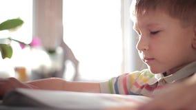 Een kind leert om 4 te lezen stock videobeelden