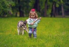 Een kind met een hond Stock Afbeelding