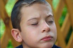 Een kind met hersenverlammingsdromen met gesloten ogen royalty-vrije stock afbeeldingen