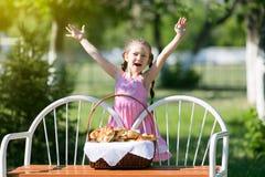 Een kind met een mand brood op een bank Stock Foto's
