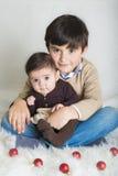 Een kind met zijn zuster in Kerstmis Royalty-vrije Stock Foto's