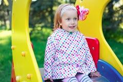 Een kind op de speelplaats stock fotografie