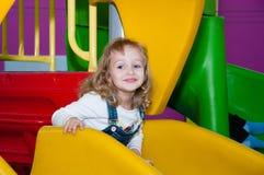 Een kind speelt bij een speelplaats in een winkelcentrum Royalty-vrije Stock Fotografie