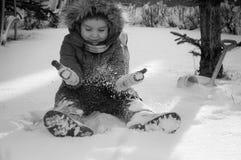Een kind speelt in de sneeuw Stock Fotografie