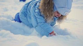 Een kind speelt in de sneeuw stock video