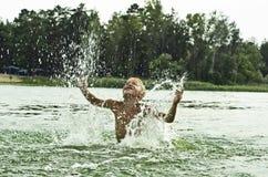 Een kind speelt in een reservoir. Royalty-vrije Stock Foto
