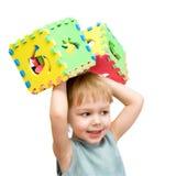Een kind speelt met stuk speelgoed blokken Royalty-vrije Stock Afbeeldingen