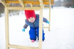 Een kind speelt op de speelplaats in het park Royalty-vrije Stock Afbeelding