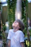 Een kind in een verfraaid paviljoen stock foto's