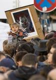 Een kind voor de karikatuur van Milos Zeman die als kwade clown bij de demonstratie op het vierkant van Praag wordt getoond Wence Stock Afbeelding